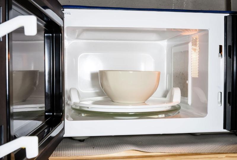 5 способов почистить микроволновку за 10 минут